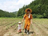 娘と一緒に畑仕事